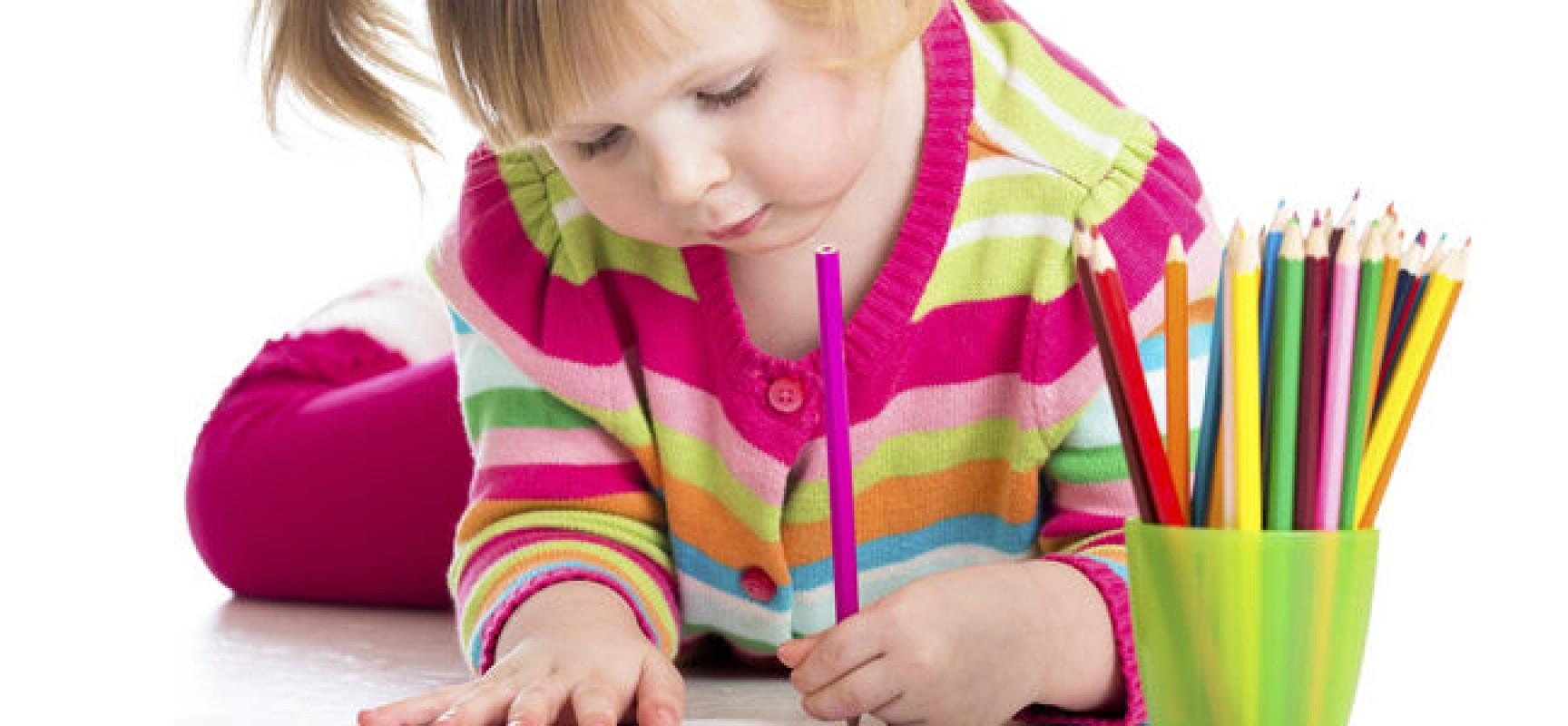 nena-escuela-tarea-hijos-educacion-escribir-pintar-dibujar-zurdo-zurdos-getty_MUJIMA20130813_0036_32-1728x800_c
